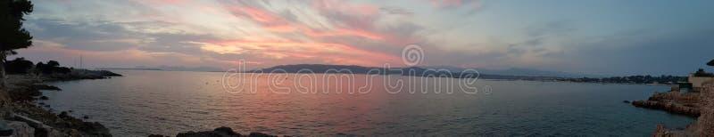 Яркий заход солнца с фиолетовым небом стоковая фотография rf