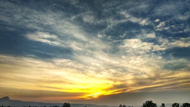 Яркий заход солнца с хорошим взглядом стоковые изображения rf