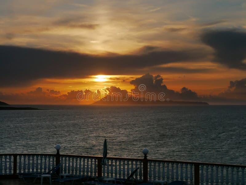 Яркий заход солнца над балконом стоковое изображение rf