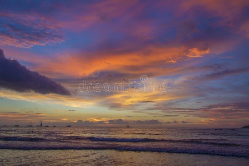 Яркий заход солнца океана Коста-Рика стоковая фотография rf