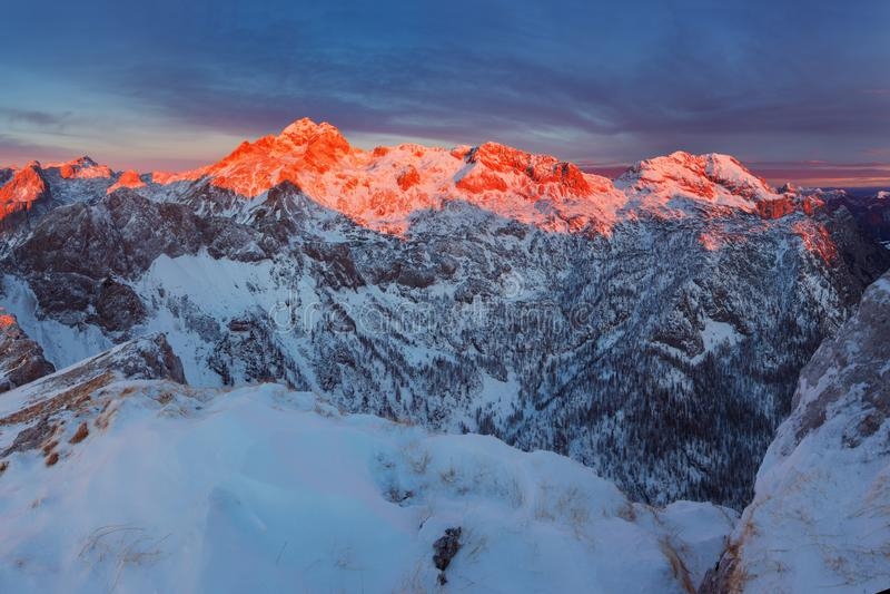 Яркий и великолепный заход солнца в горах Фото изумляя сцены в европейце Альп Взгляд к самой высокой вершине Словении стоковое фото