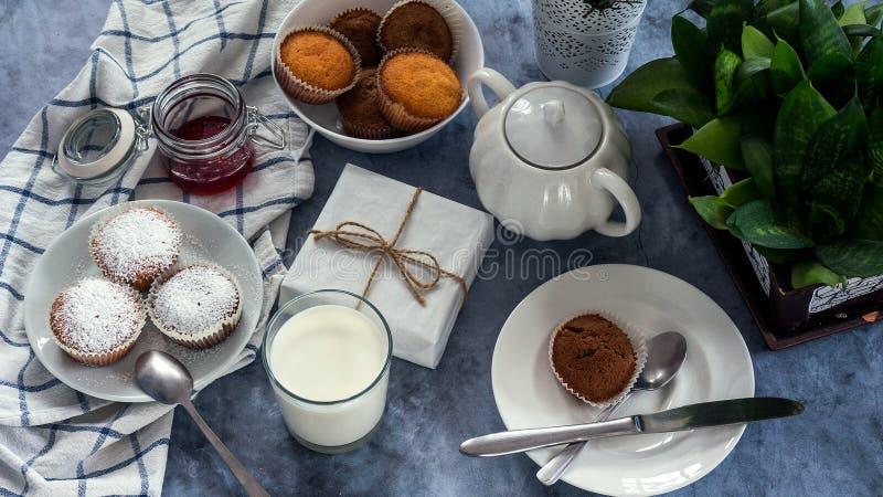 Яркий и воздушный завтрак с булочкой, вареньем ягоды и молоком в стекле Взгляд сверху стоковая фотография