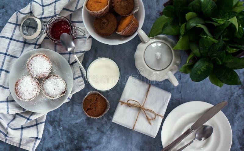Яркий и воздушный завтрак с булочкой, вареньем ягоды и молоком в стекле Взгляд сверху стоковое фото rf