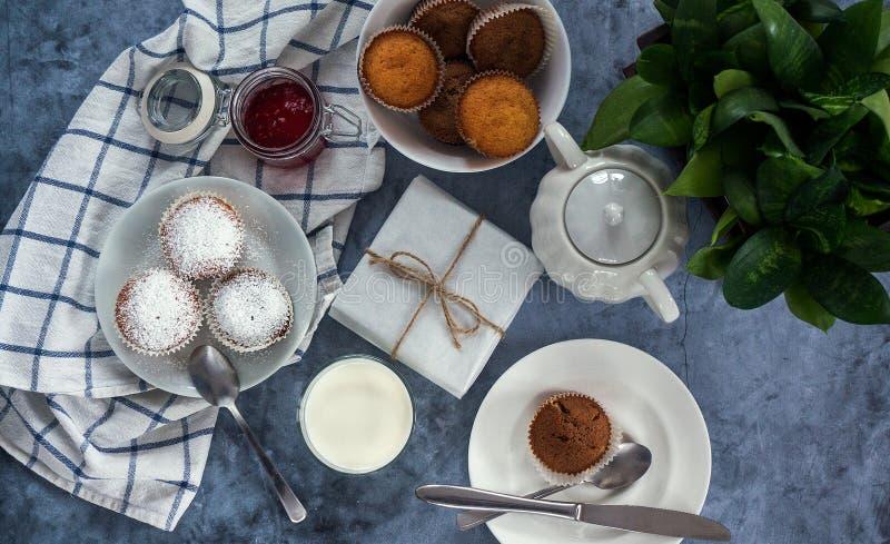 Яркий и воздушный завтрак с булочкой, вареньем ягоды и молоком в стекле Взгляд сверху стоковое фото