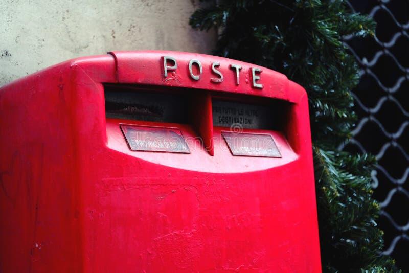 Яркий красный ретро почтовый ящик стоковое изображение rf