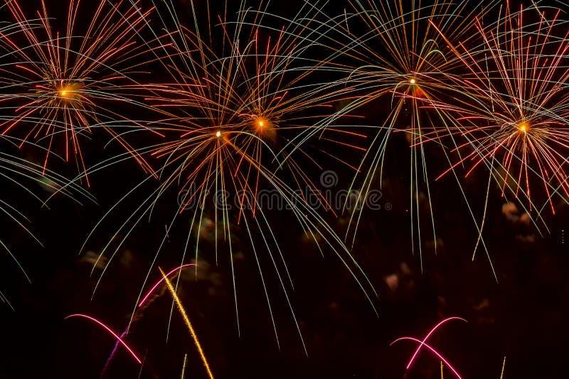 Яркий пестротканый фейерверк от накаляя сфер и мелькая звезд Красивая праздничная предпосылка для совсем яркой стоковая фотография