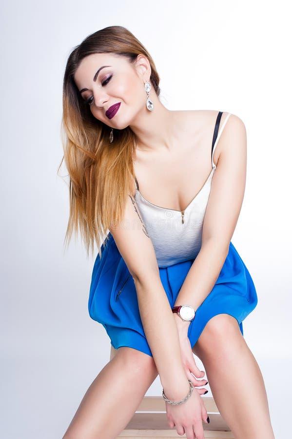 Яркий положительный портрет студии моды милой маленькой девочки с фиолетовыми губами, яркий составляет, сексуальное тело, стильно стоковое фото