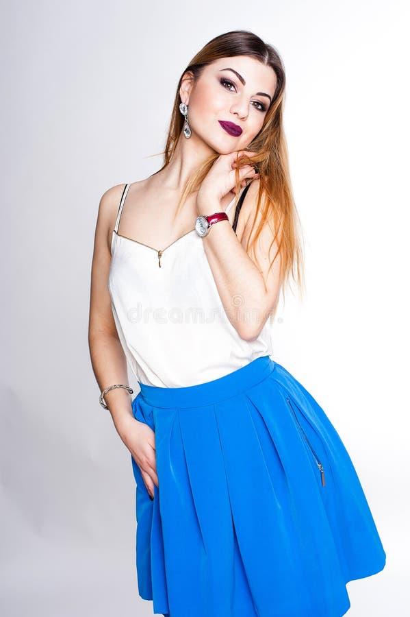 Яркий положительный портрет студии моды милой маленькой девочки с фиолетовыми губами, яркий составляет, сексуальное тело, стильно стоковое фото rf