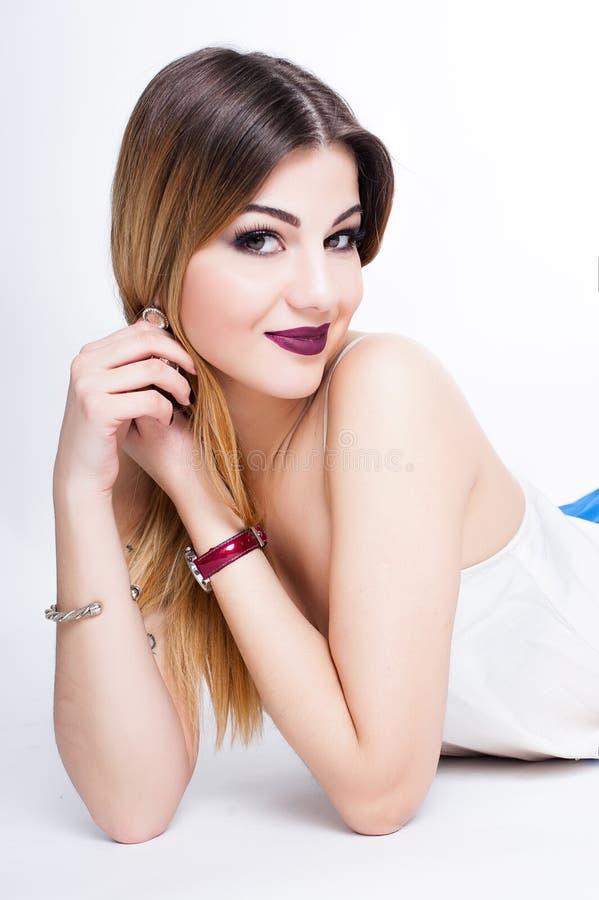 Яркий положительный портрет студии моды милой маленькой девочки с фиолетовыми губами, яркий составляет, сексуальное тело, стильно стоковые фото