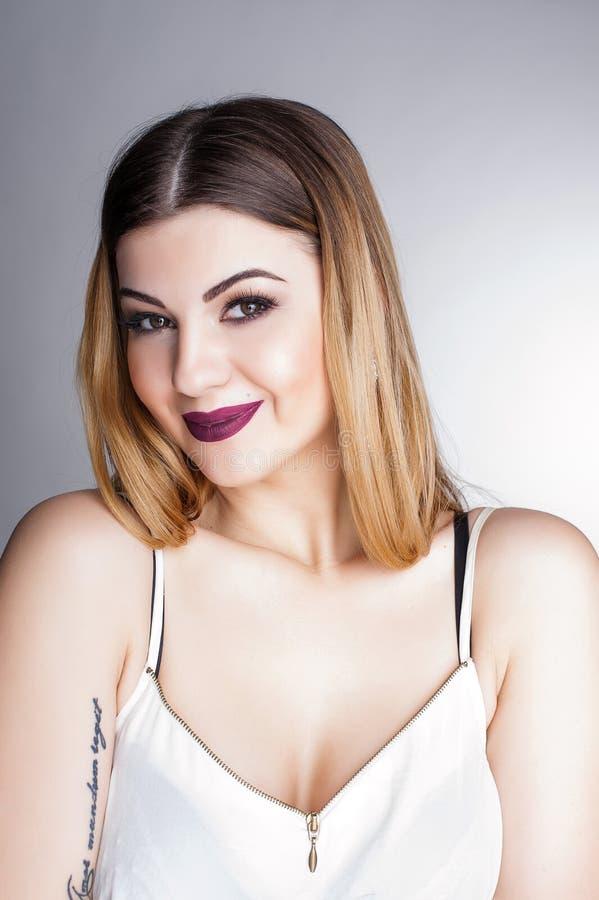 Яркий положительный портрет студии моды милой маленькой девочки с фиолетовыми губами, яркий составляет, сексуальное тело, стильно стоковые изображения rf