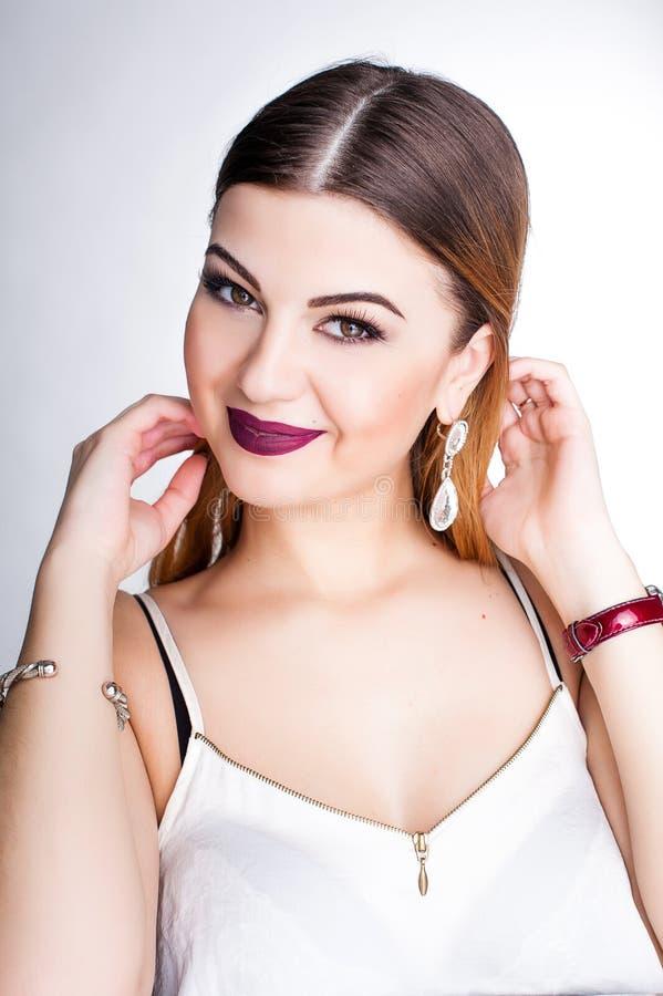 Яркий положительный портрет студии моды милой маленькой девочки с фиолетовыми губами, яркий составляет, сексуальное тело, стильно стоковое изображение