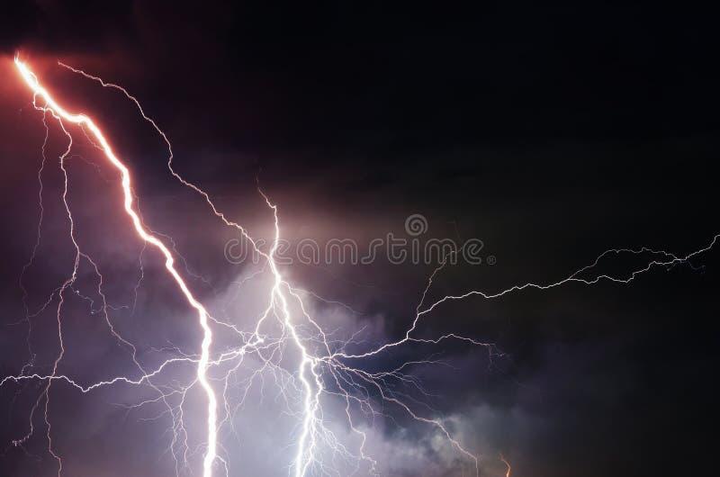 яркий приносить заволакивает тяжелый гром шторма неба луны молний стоковое изображение