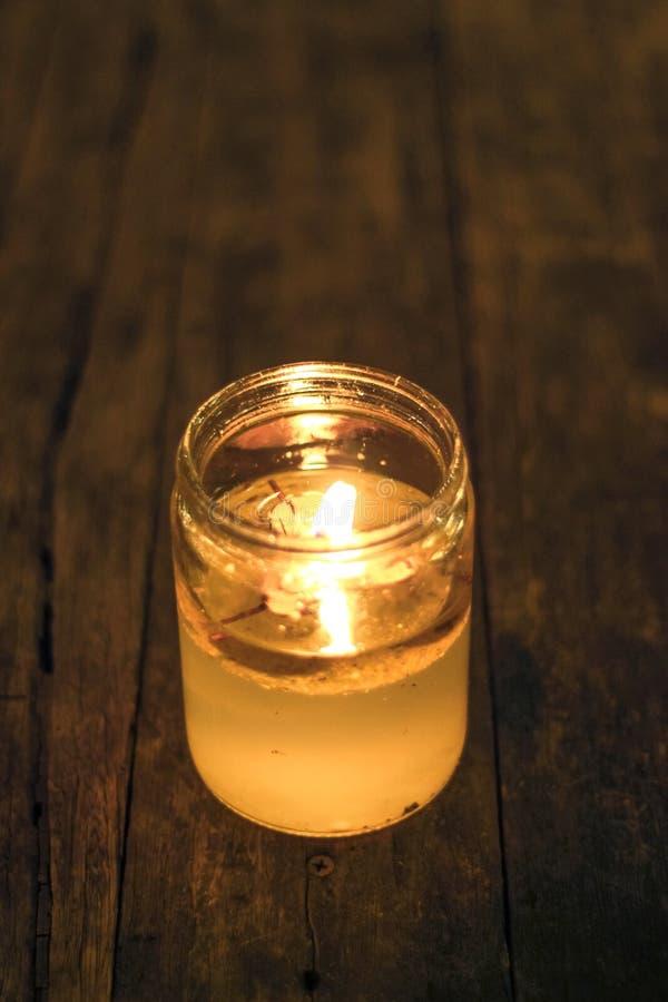Яркий свет горящей свечи стоковая фотография rf