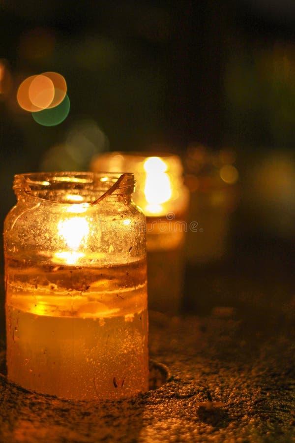 Яркий свет горящей свечи стоковые изображения rf