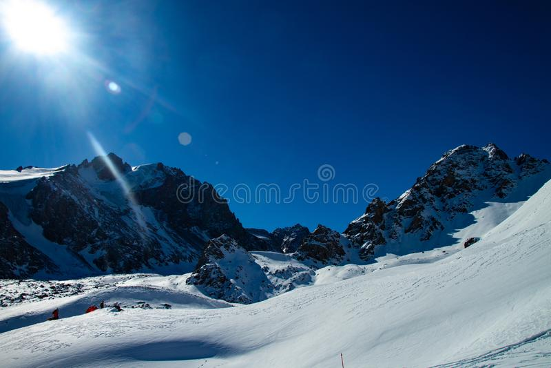 Яркий солнечный день в горах стоковая фотография rf