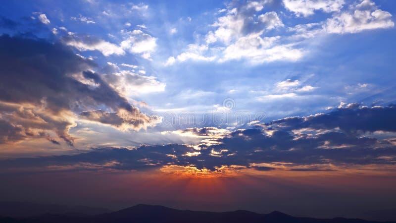 Яркий солнечный рассвет в горах carpathians r стоковые фото