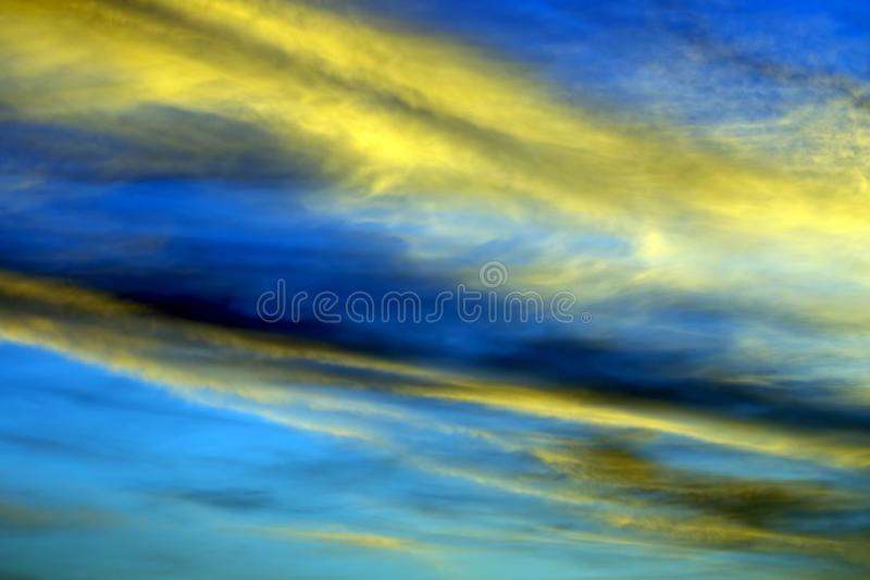 Яркий солнечный рассвет на небесах стоковые фотографии rf