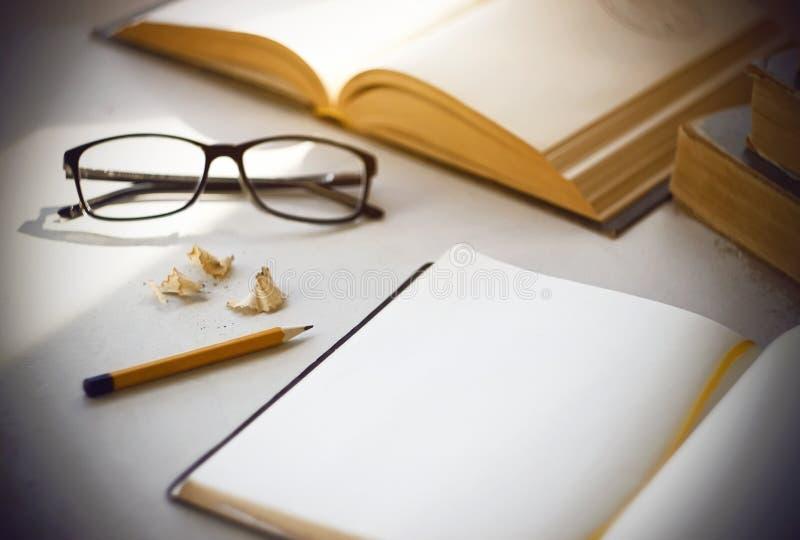 Яркий ученый рабочего места - старые книги, дневник, стекла и желтый карандаш стоковые изображения rf
