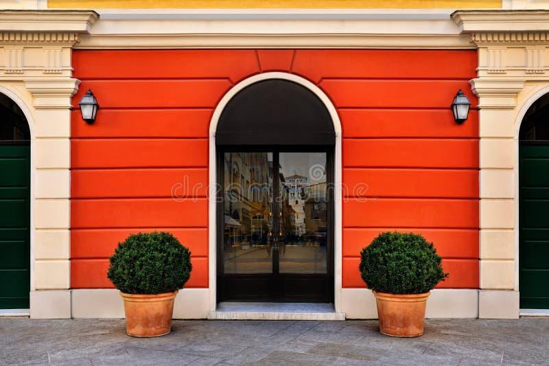 Яркий фасад симметрии с входной дверью стоковые фотографии rf