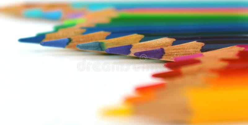 Яркий цвет рисовал горизонтальную волну на белой предпосылке увиденной в перспективе стоковые изображения