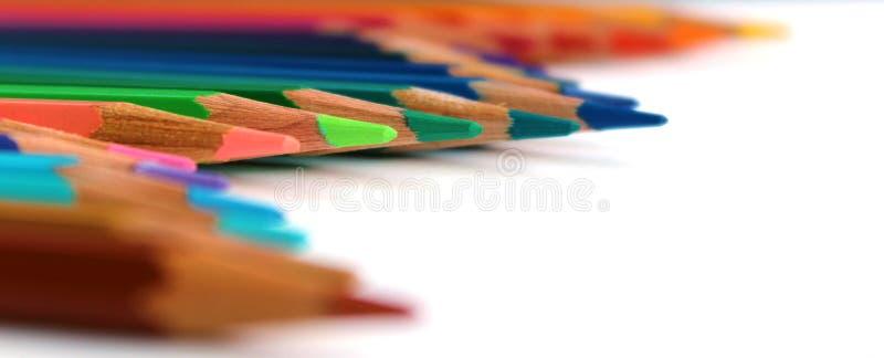 Яркий цвет рисовал горизонтальную волну на белой предпосылке увиденной в перспективе с салатовым карандашем на фокусе стоковое фото