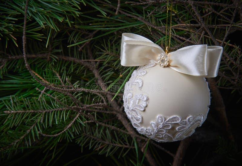 Яркий шарик рождества на деревянной предпосылке стоковое изображение rf