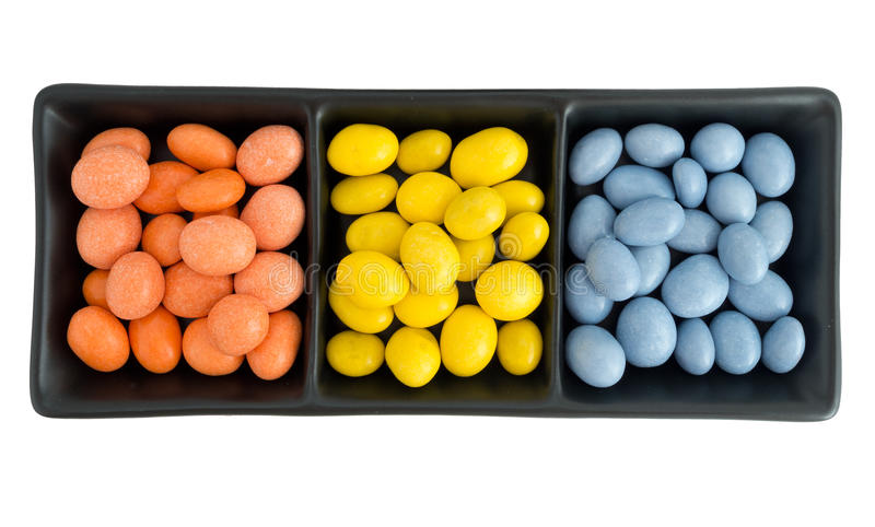 Яркий шоколад покрыл арахисы в шаре, изолированном над белизной стоковые фото
