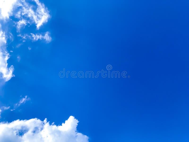 Яркое голубое небо, белые облака стоковое изображение