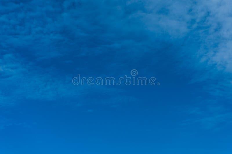 Яркое голубое небо и небольшая предпосылка облака стоковое изображение