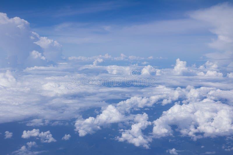 Яркое голубое небо над облаками стоковые фото