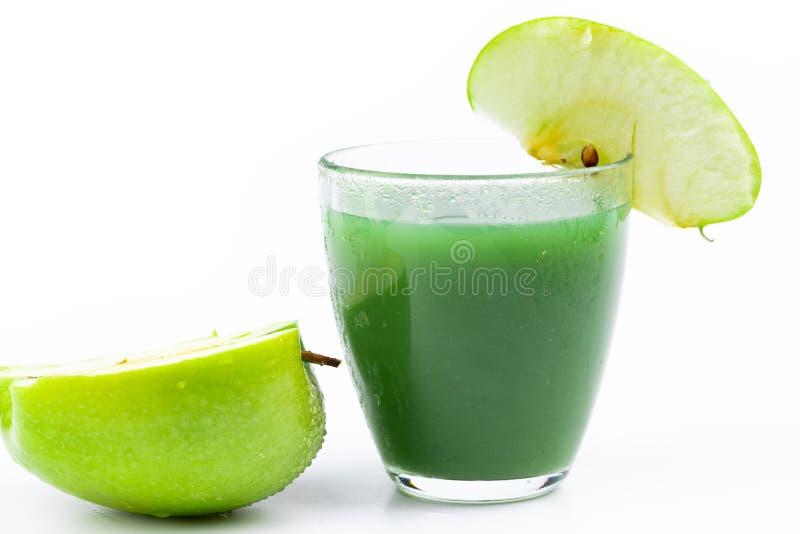 Яркое и зеленое яблоко на белизне стоковое фото
