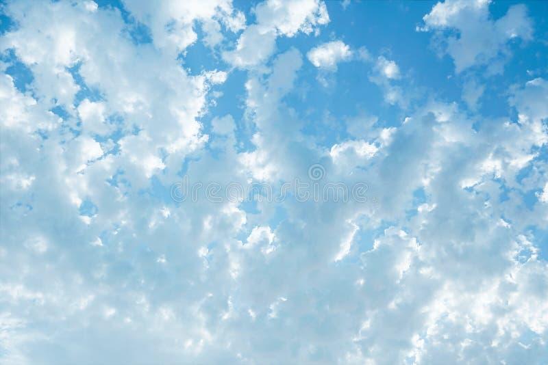Яркое насыщенное голубое небо стоковая фотография