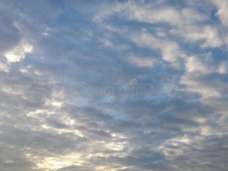 Яркое небо утра стоковые изображения