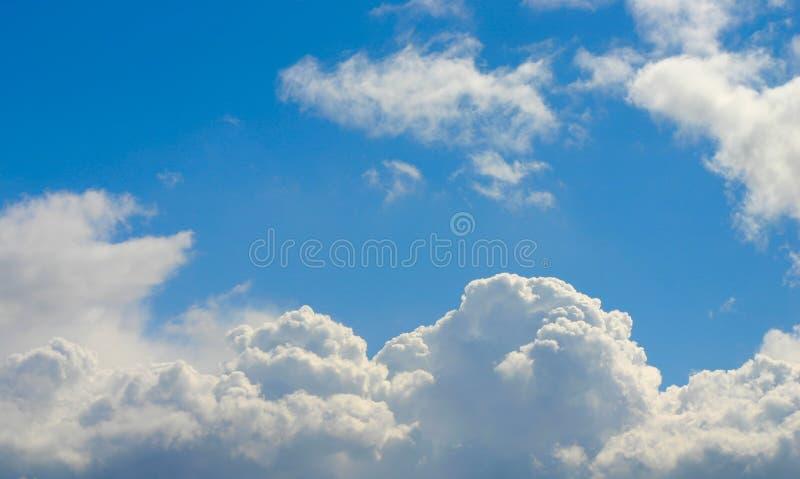 яркое небо стоковое изображение