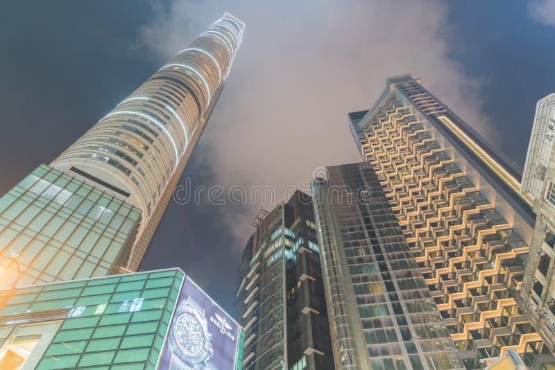 Яркое неоновое свето делает по образцу esteriors характеристики reac небоскребов стоковые изображения