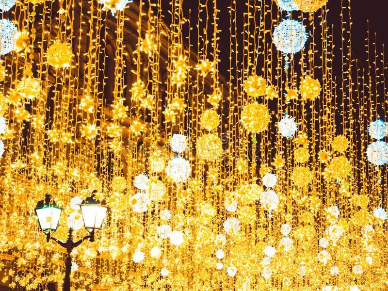 Яркое освещение улицы рождества на фасаде зданий Горя фонарики на улице Nikolskaya в Москве стоковое изображение