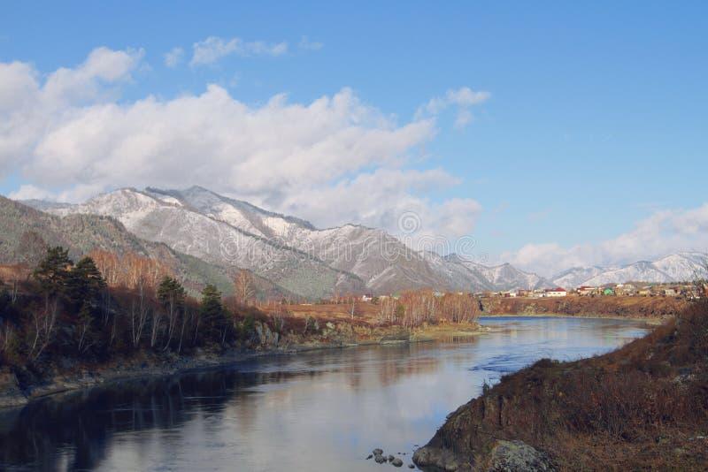 Яркое река исчезая в расстояние стоковое фото rf