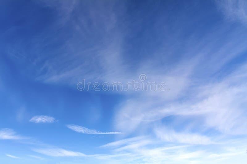 Яркое, солнечное небо зимы с небольшими облаками стоковая фотография rf
