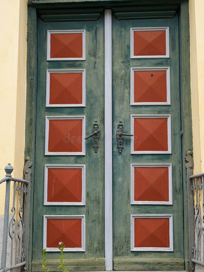 яркой деревянное цветов покрашенное дверью традиционное стоковые фотографии rf