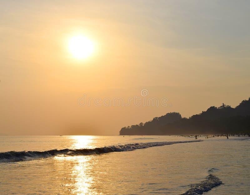 Ярко загоренное золотое Солнце с отражением в морской воде в вечере на пляже Radhanagar, остров Havelock, Andaman, Индия стоковое фото rf