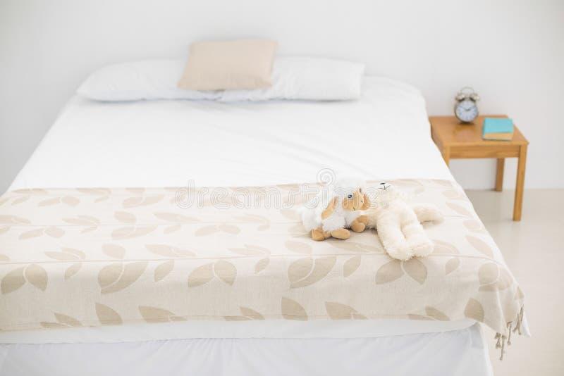 Download Ярко освещенная спальня стоковое изображение. изображение насчитывающей подушки - 33739607