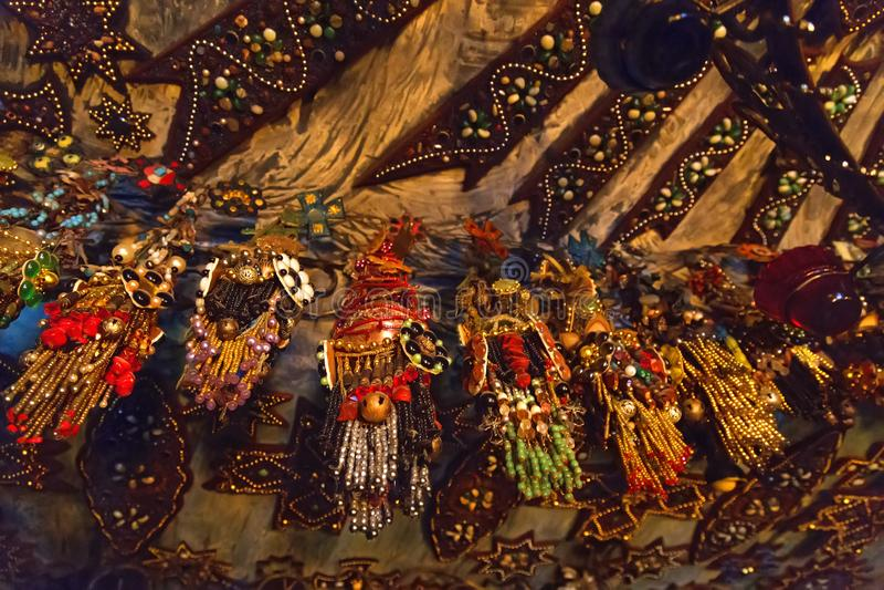 Ярко покрашенные вышитые бисером ювелирные изделия в виске стоковая фотография rf