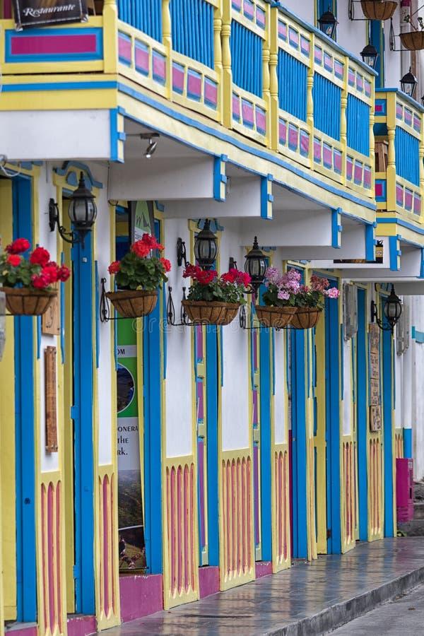 ярко покрашенные здания в Колумбии стоковые фотографии rf