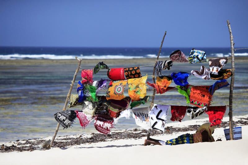 Ярко покрашенные пляжные полотенца стоковое изображение