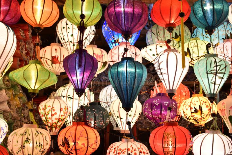 Ярко покрашенные фонарики в портовом городе Hoi в Вьетнаме, Азии стоковое фото rf