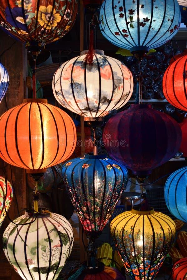Ярко покрашенные фонарики на местном рынке в Hoi в Вьетнаме, Азии стоковое фото rf