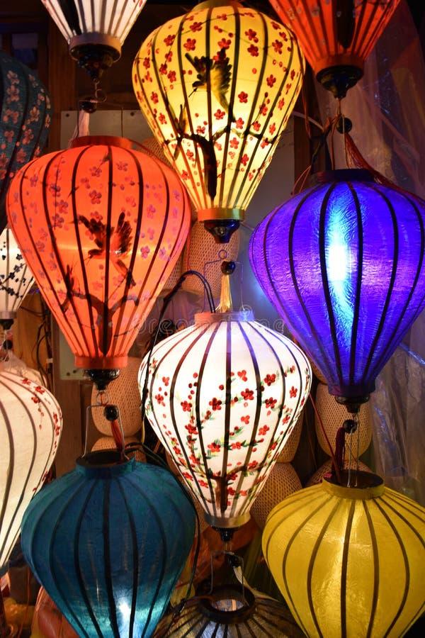 Ярко покрашенные фонарики на местном рынке в Hoi в Вьетнаме, Азии стоковая фотография