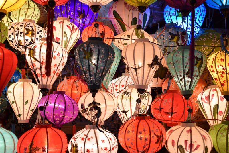 Ярко покрашенные фонарики на местном рынке в Hoi в Вьетнаме, Азии стоковое фото