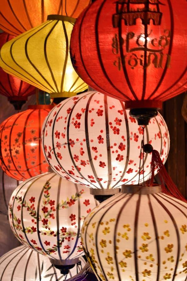 Ярко покрашенные фонарики на местном рынке в Hoi в Вьетнаме, Азии стоковая фотография rf
