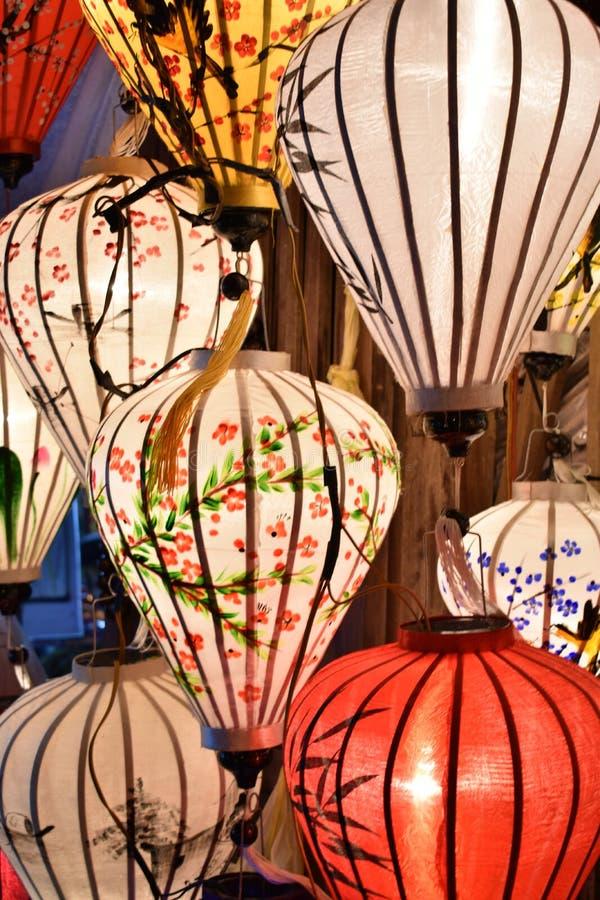 Ярко покрашенные фонарики на местном рынке в Hoi в Вьетнаме, Азии стоковое изображение